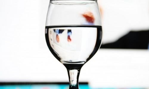 Чаша вода сутрин на гладно за висока производителност и здраве