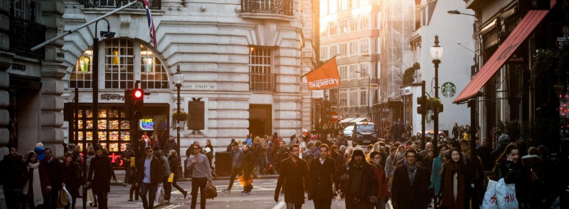 Какво е обяснението на шопинг манията, която завладява света преди Коледа, и как да бъдем по-разумни в пазаруването