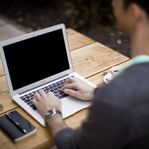 МОН ще създаде онлайн система за връзка между учениците и пазара на труда
