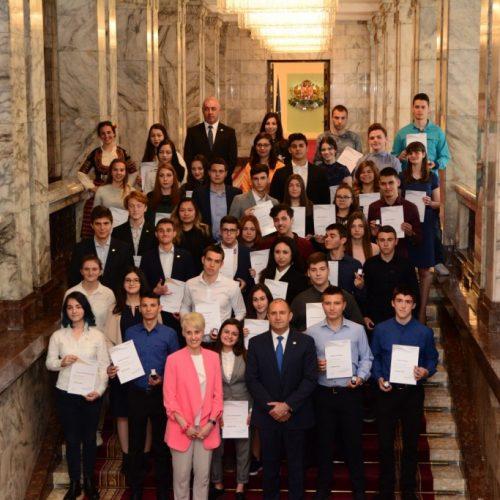 Президентът връчи значки и сертификати на четиридесет и пет българи, постигнали златно и сребърно ниво в Международна награда на херцога на Единбург
