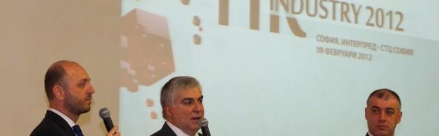 Светлозар Петров, управител на JobTiger (вдясно) и Джордж Цаконас, генерален мениджър на MetLife в България (в средата), откриха първото изложение HR Industry  на 9 февруари в Интерпред-СТЦ